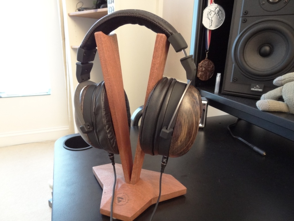 Fischer Audio V-Shape Stand with Kennerton Magister