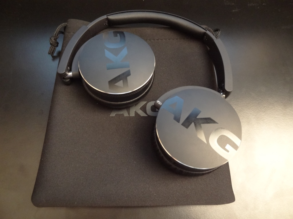 AKG Y50 - Pouch and headphones